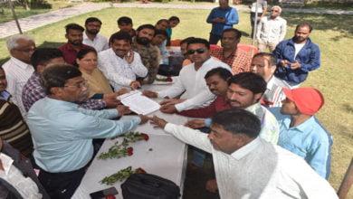 Photo of रहवासियों ने पार्षद द्वारा किये जा रहे अवैध कब्जे के खिलाफ अधिकारियों के सामने लगाई गुहार-गुलाब के फूल भेंटकर गांधीवादी तरीके से जताया विरोध
