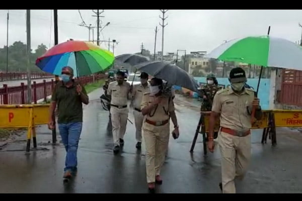 कलेक्टर और प्रभारी पुलिस अधीक्षक ने शिप्रा नदी के बढ़ते जलस्तर का निरीक्षण किया