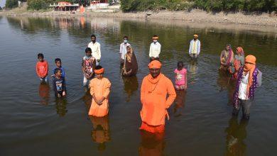 Photo of मंदिर से अवैध कब्जा हटाने के लिए शुरू किया जल सत्याग्रह