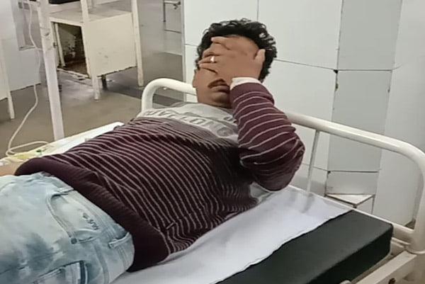 उज्जैन। पति-पत्नी विवाद के बाद सिरफिरे सरपंच ने अपने पूरे परिवार को आज सुबह जहर गटकवा दिया जिसे सरपंच में परिजन जिला अस्पताल लेकर पहुँचे। अस्पताल में भी