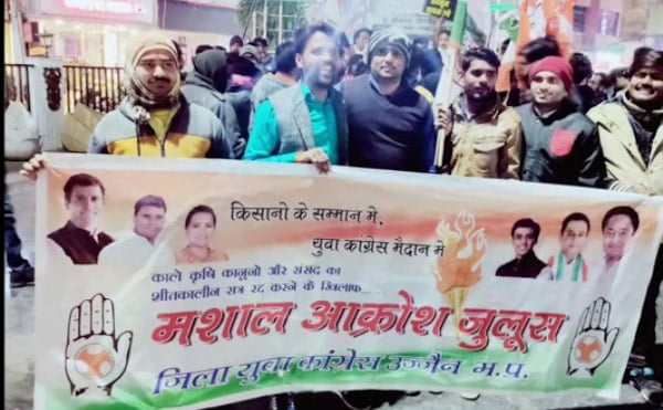 In support of farmers, District Youth Congress holds torch outrage procession