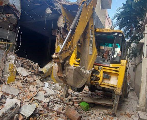 गुंडे मकबूल का अवैध घर तोड़ा खारा कुंआ थाने में विभिन्न धाराओं में कई प्रकरण दर्ज हैं